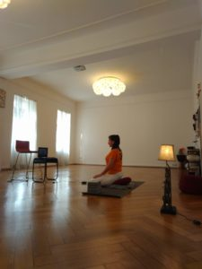 Manu beim Online Yoga im Studio